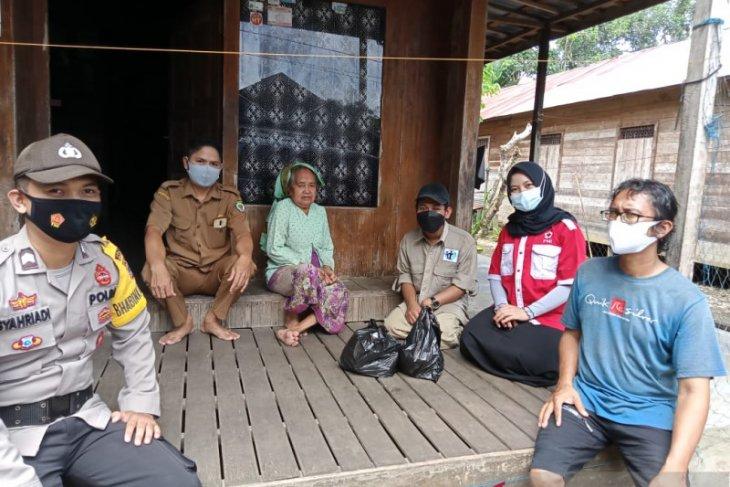Sejumlah organisasi dan komunitas di Balangan bagikan sembako kepada Lansia