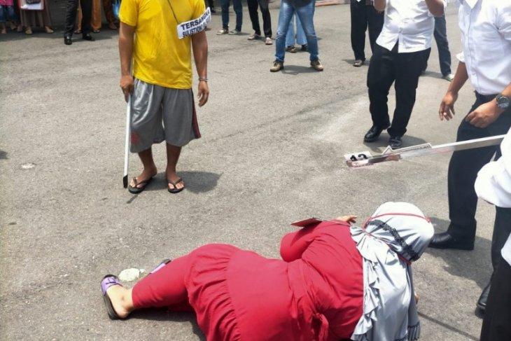 Pelaku pembunuhan sepasang  suami istri di Binjai peragakan 26 adegan