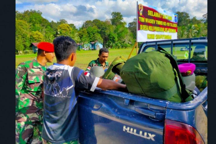 Warga bantu bawakan alkap Satgas TMMD 110 Putussibau menggunakan mobil desa