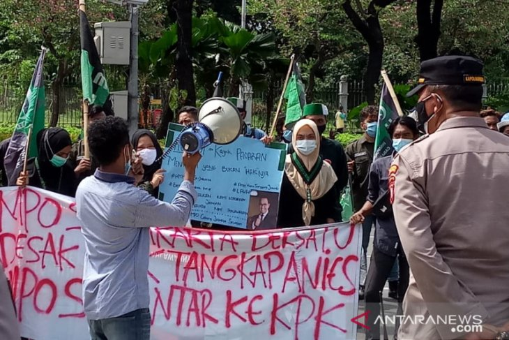 Massa demo di Balai Kota tuntut KPK usut  Anies