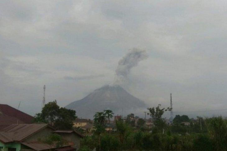 Gunung Sinabung erupsi lGI, tinggi abu vulkanik  sejauh 1.000 meter