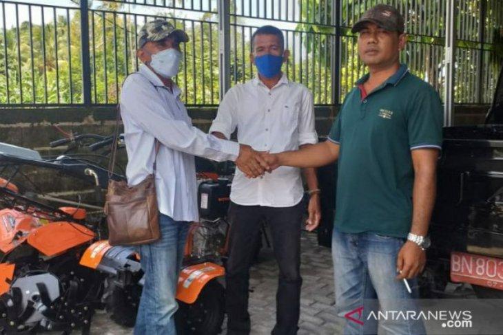 Pemdes Batu Itam salurkan bantuan alat pertanian kepada kelompok tani