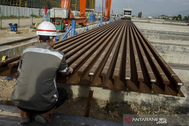 Rel untuk kereta cepat Jakarta - Bandung