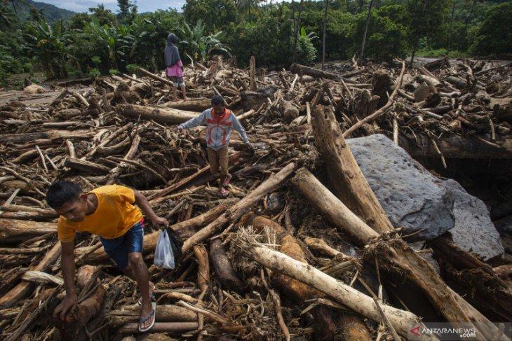 Mensos Risma: Makanan dan alat berat kebutuhan mendesak korban banjir NTT