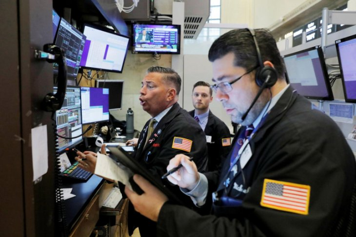 Wall Street jatuh,  S&P 500 masih mendekati rekor penutupan tertinggi