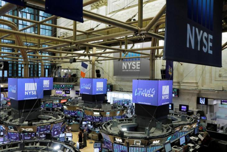 Wall Street dibuka melemah tipis  setelah catat rekor