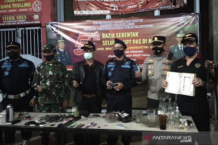Razia sel narapidana, petugas sita pisau dan telepon genggam di Lapas Lhoknga