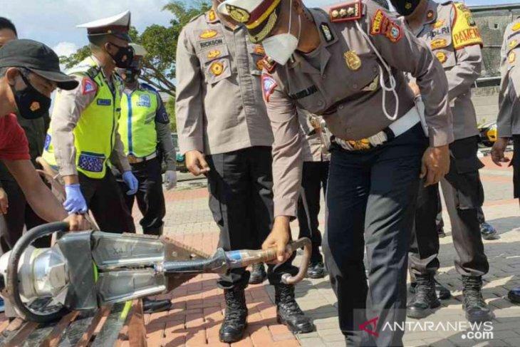 Polres Metro Bekasi musnahkan 35 knalpot bising hasil sitaan (video)