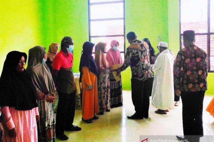 Kemenag Aceh Singkil serahkan zakat untuk 39 fakir miskin dan 20 muallaf