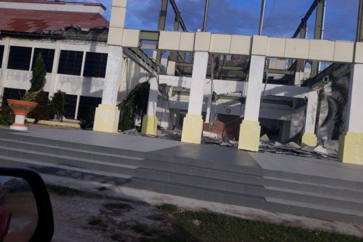 Ratusan warga masih mengungsi dampak badai Seroja