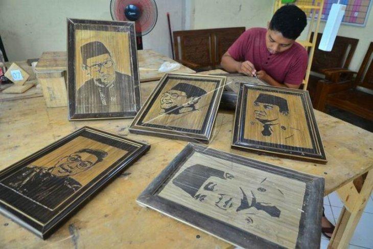 Kerajinan lukisan dari bambu