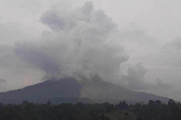 Gunung Sinabung erupsi dengan awan panas teramati berjarak satu kilometer
