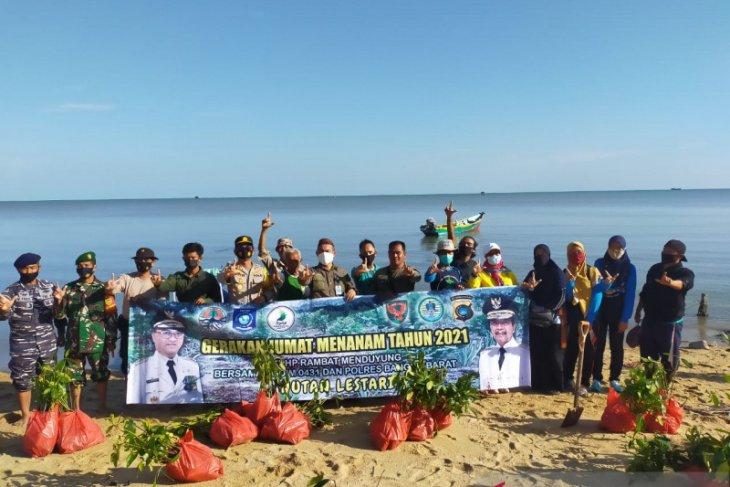Polres Bangka Barat-KPHP Babel tanam 3.000 mangrove di pesisir Mentok