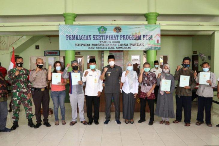Pemkab Sidoarjo serahkan 403 sertifikat tanah warga program PTSL