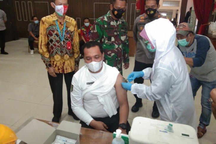 Wali Kota disuntik vaksin tahap pertama