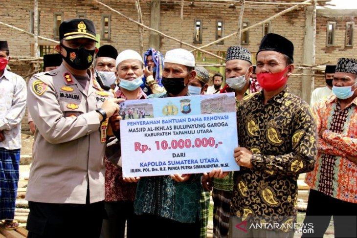 Kapolres Taput bagikan tali asih dan serahkan bantuan Kapoldasu renovasi Masjid Al Ikhlas
