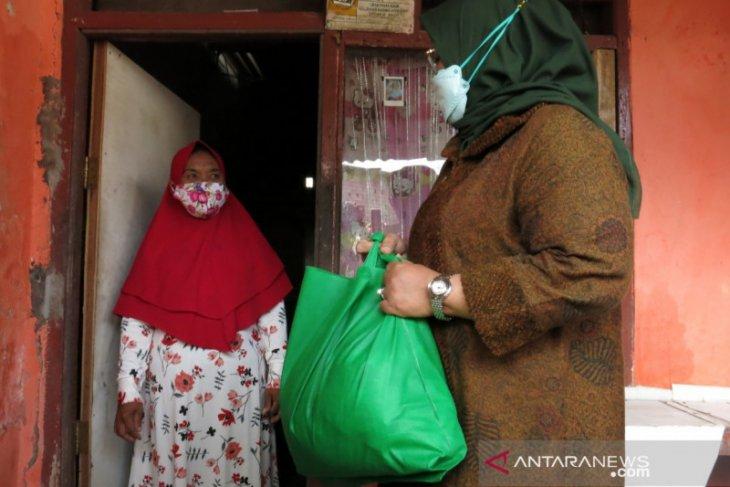 Bupati Bogor bagikan 500 paket sembako di zona rawan pangan