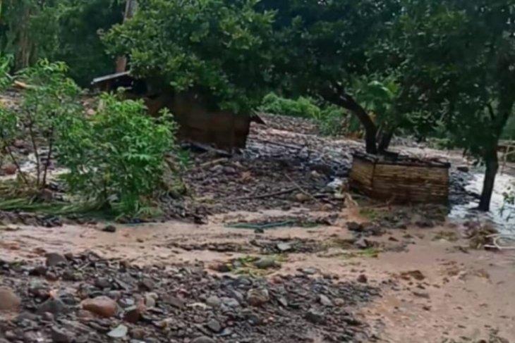 Ratusan warga Beloto Flores Timur terisolasi karena jembatan terputus