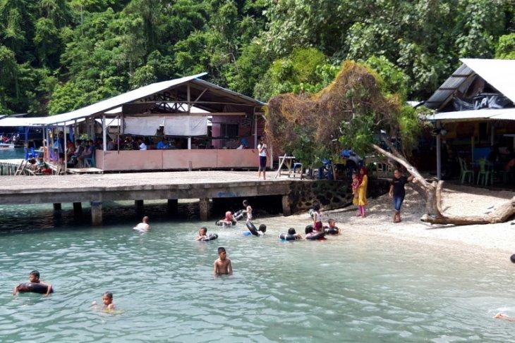 Warga Kota Ternate penuhi objek wisata pantai