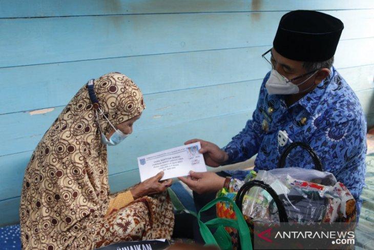 Bupati dan jajaran serahkan sembako bagi 167 lansia asuh di HSS