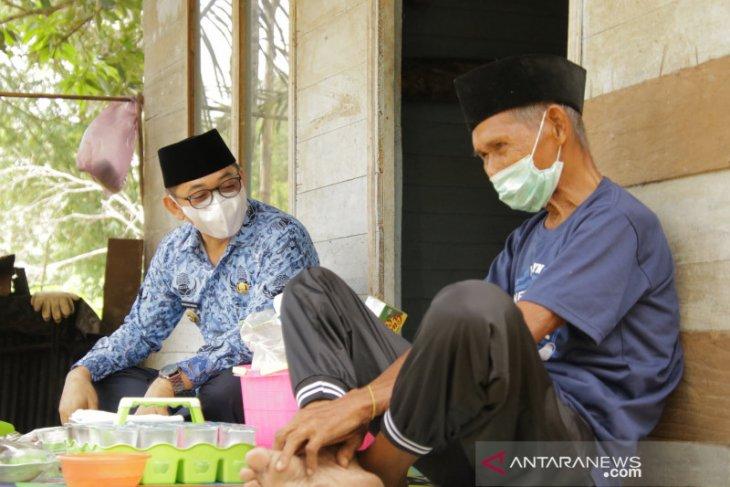 Ramadhan tiba, Wabup HSS kunjungi lansia asuh