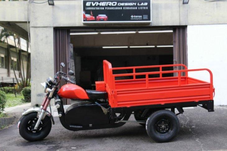 Itenas bikin konversi kendaraan roda tiga dari mesin bensin ke listrik bertenaga baterai