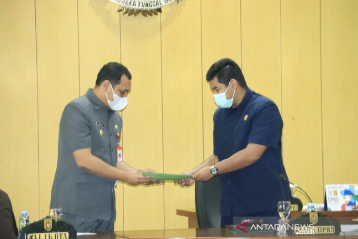 Fraksi-fraksi DPRD menerima tiga Raperda