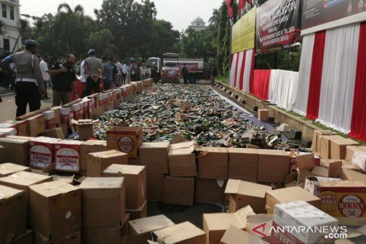 10.195 botol minuman keras dimusnahkan di Mapolres Metro Bekasi (video)