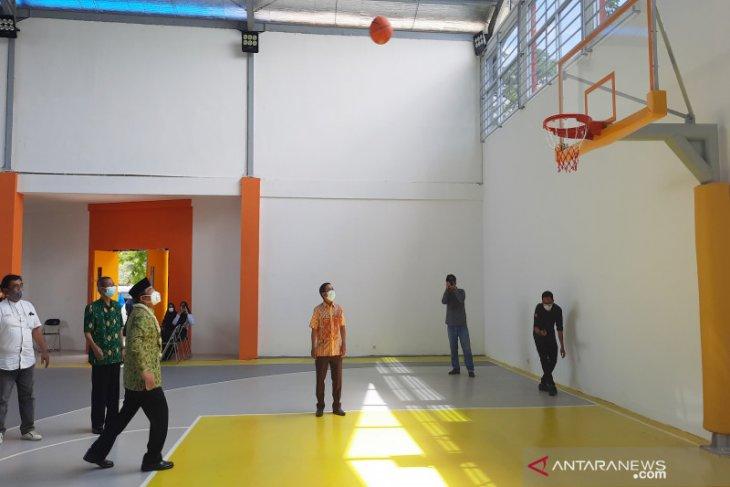 Prof Sutarto tunjukkan teknik dribbling dan shooting saat resmikan Sport Center Fisip