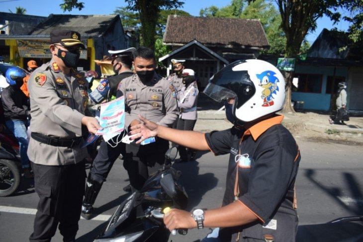 Polres Bondowoso mulai gelar Operasi Keselamatan Semeru 2021 sembari bagikan masker ke pengendara