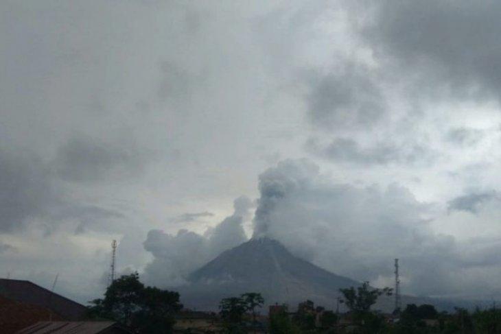 Erupsi Gunung  Sinabung semburkan abu vulkanik sejauh 1.000 meter