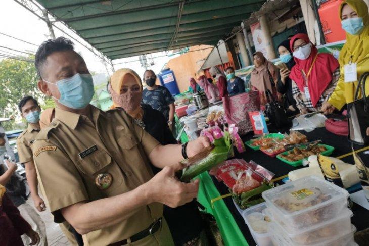 Edi Kamtono berbelanja takjil di Pasar Juadah milik pelaku UMKM