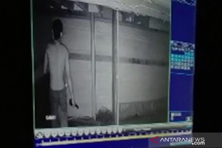 Terekam CCTV, maling di sarang walet HSS melarikan diri