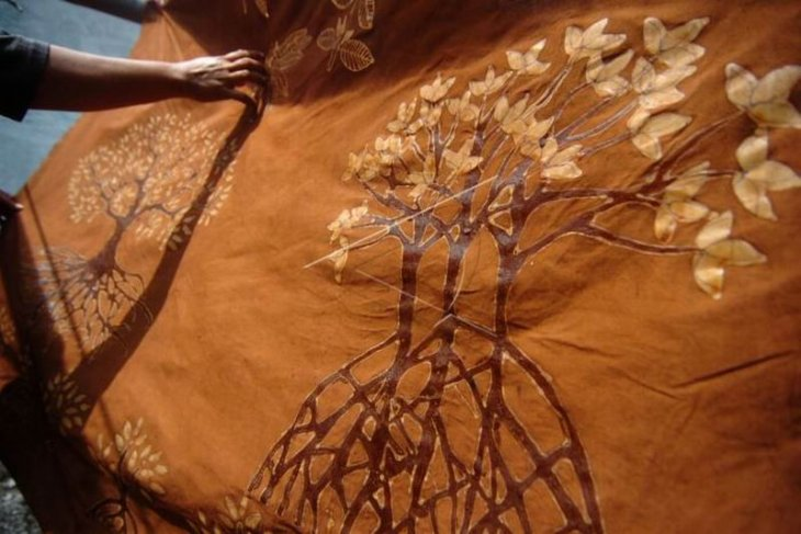 Batik dengan pewarna berbahan mangrove