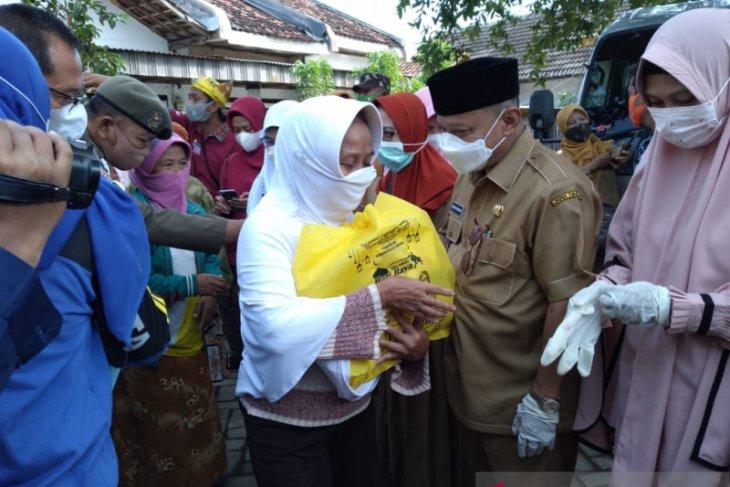 Bulan Ramadhan, Bupati dan Wabup Situbondo bagikan paket sembako