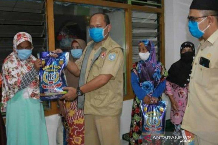 Pemkab Bangka Barat-Pos TNI AL Mentok bantu sembako warga kampung bahari