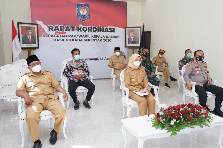 Bupati Ipuk bersama Forkopimda ikuti arahan Presiden Jokowi dari kantor desa