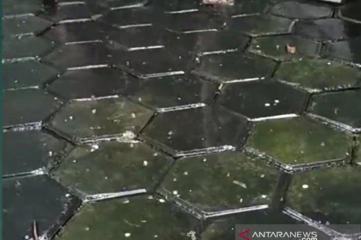 Butiran es berjatuhan saat hujan berangin kencang , netizen heboh