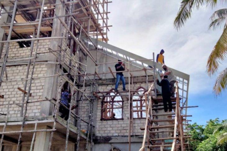 Bupati Malra bantu pasang atap Gereja Ohoidertawun