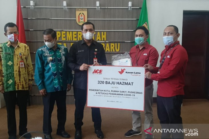 Banjarbaru receives 320 hazmat suits aid