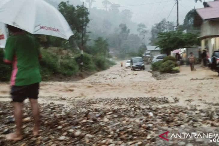 Longsor di Muara Emat jalur Kerinci - Bangko terputus kembali