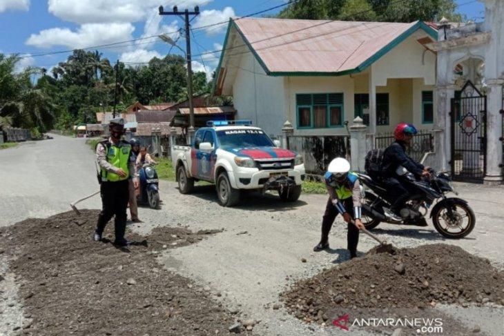 Satlantas Polres Nagan Raya tambal jalan rusak di Nagan Raya, ada apa?