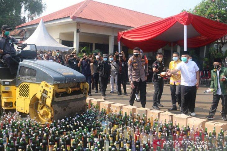12.800 botol minuman keras hasil razia petugas dimusnahkan di Bekasi