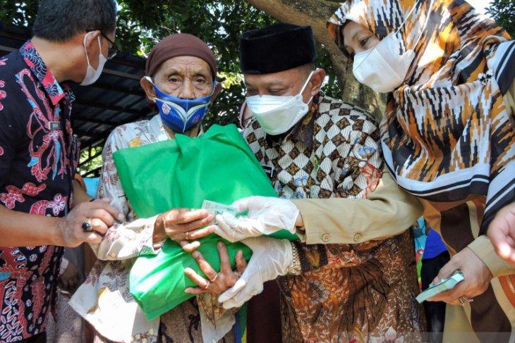 Bupati dan Wabup Situbondo bagikan paket sembako program Ramadhan Bersama Rakyat