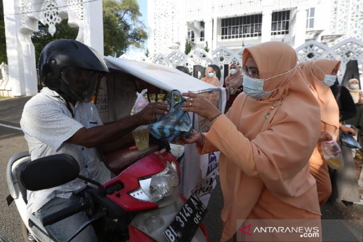 Dharma wanita DPRK Banda Aceh bagikan takjil untuk warga