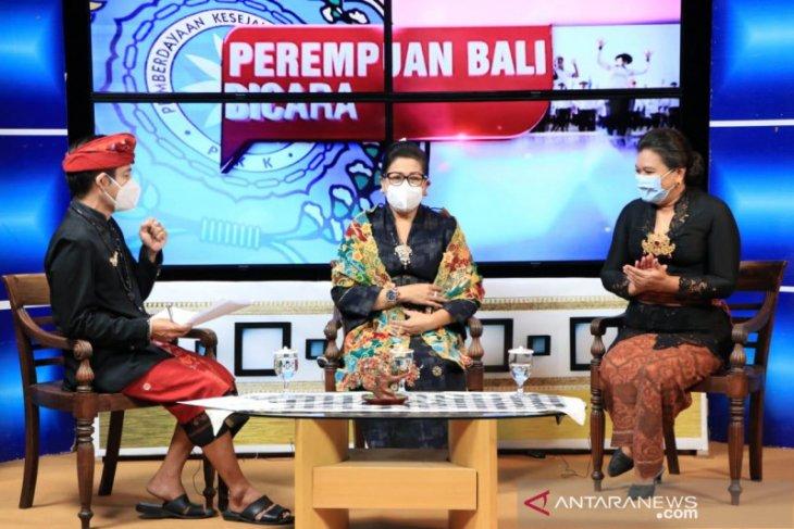 Putri Koster ajak PKK sosialisasikan busana adat Bali sesuai pakem