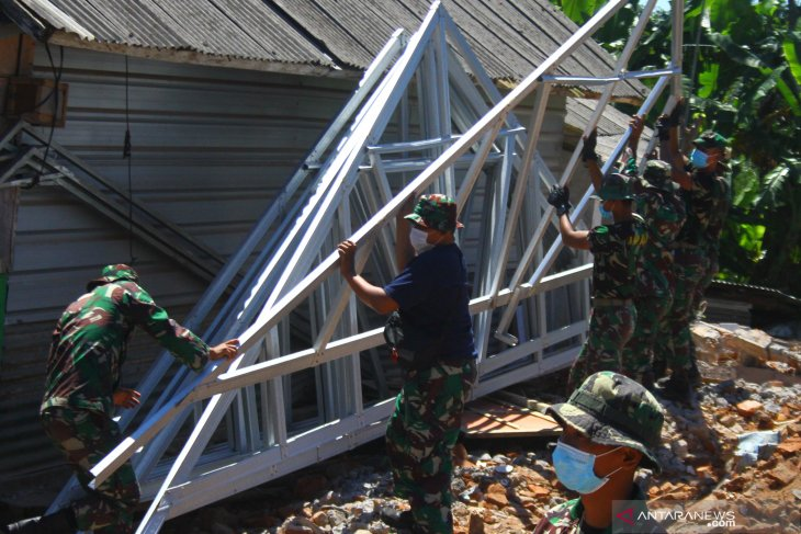 Rumah Semipermanen untuk Korban Gempa Malang