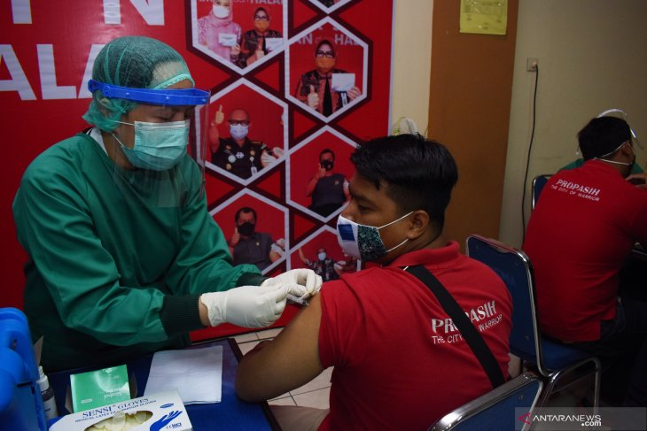 Vaksinasi COVID-19 Pedagang Pasar Kota Madiun