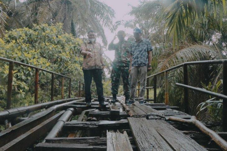 Wabup Hairan dan Dandim Tanjab  tinjau jembatan ambrol target TMMD di Muara Papalik