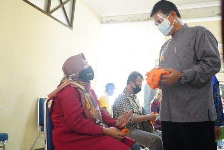 Komitmen cegah COVID-19, Pemkot Madiun vaksin ratusan pedagang pasar tradisional